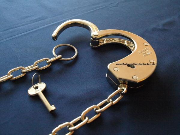 Clejuso Nummer 13 - halbe Handschelle mit 50 cm Kette + Oese - Handschellen